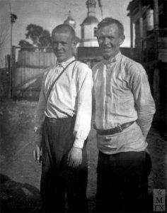 Аркадий Пластов с сыном Николаем во дворе своего дома