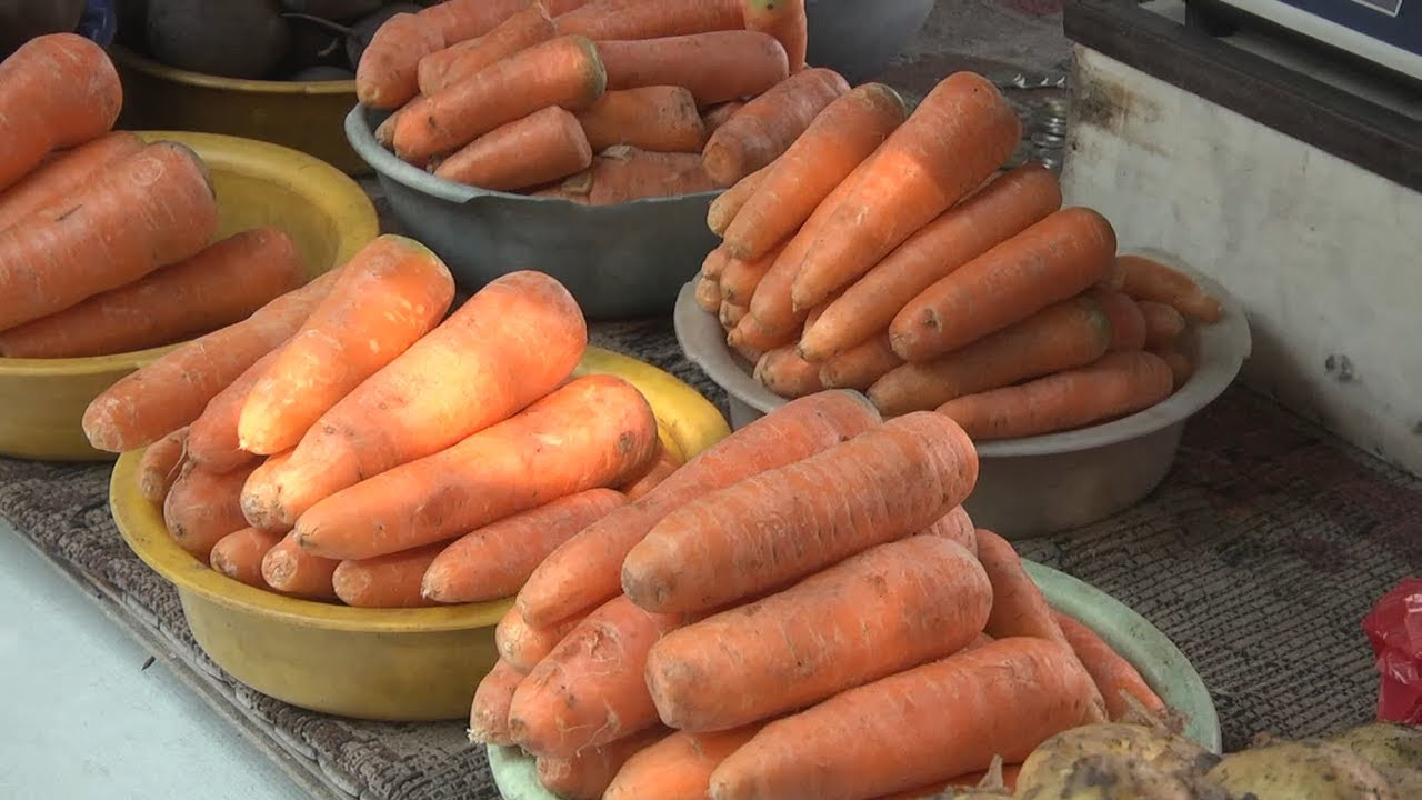 Морковь на вес золота. Овощ пропал с прилавков магазинов, а на рынке его продают по 130 рублей за килограмм
