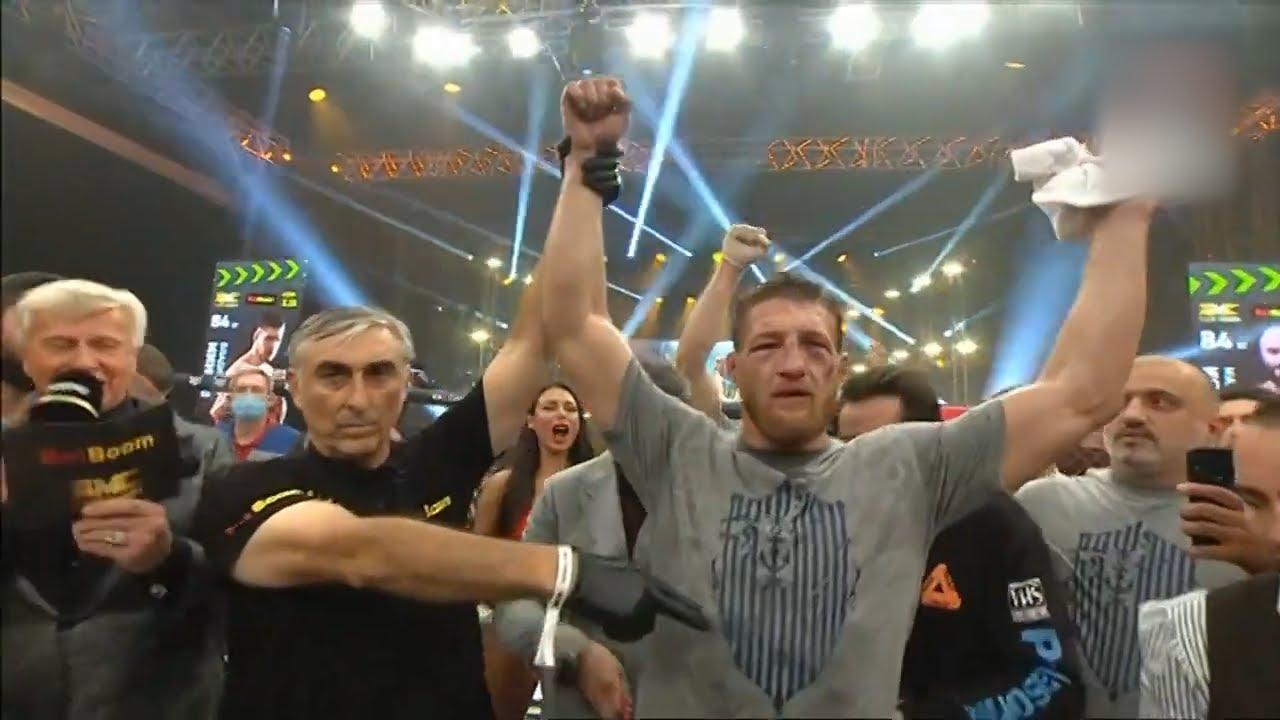 На лице синяки и ссадины, в руках — пояс чемпиона. Владимир Минеев вернулся в Ульяновск после боя с Магамедом Исмаиловым